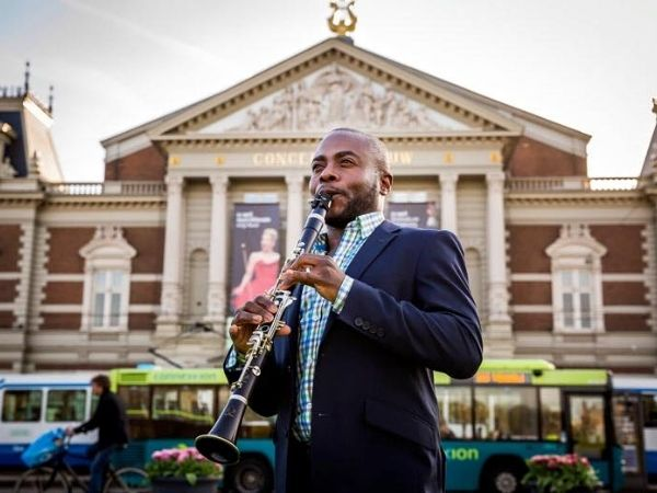 Anthony McGill playing in front of a government building