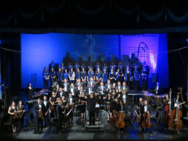 Filharmonica de Honduras standing up for an ovation