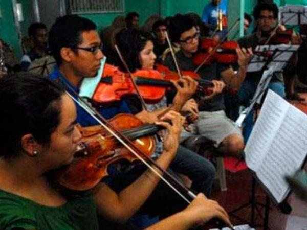 Up close photo of violins playing in the Orquesta Nacional de Nicaragua