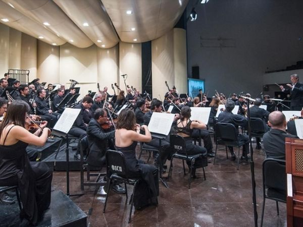 A photo of Orquesta Sinfónica Nacional de Chile from the view point of the violin section
